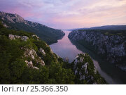 Купить «River Danube flowing through the Iron Gate Gorge, on the border between Romania and Serbia, Djerdap National Park, Serbia, June 2009», фото № 25366350, снято 21 сентября 2018 г. (c) Nature Picture Library / Фотобанк Лори