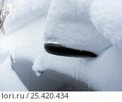 Купить «Вид на автомобиль, засыпанный снегом», эксклюзивное фото № 25420434, снято 22 января 2017 г. (c) Вячеслав Палес / Фотобанк Лори