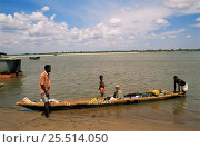 Купить «Tourist in dugout canoe crossing Tsiribihina river, Western Madagascar», фото № 25514050, снято 25 марта 2019 г. (c) Nature Picture Library / Фотобанк Лори