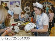 Купить «Изготовление игрушечных зонтиков», фото № 25534930, снято 5 февраля 2017 г. (c) Акиньшин Владимир / Фотобанк Лори