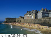 Купить «Beach beneath ramparts, Saint Malo, France», фото № 25544978, снято 15 августа 2018 г. (c) Nature Picture Library / Фотобанк Лори
