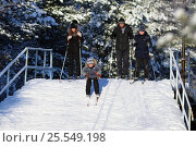 Купить «Семья на лыжной прогулке в кедровой роще. Мальчик учится съезжать на лыжах с горки», эксклюзивное фото № 25549198, снято 12 февраля 2017 г. (c) Григорий Писоцкий / Фотобанк Лори