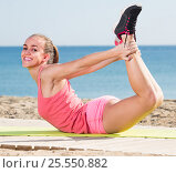 Купить «woman working out in beach», фото № 25550882, снято 16 июля 2019 г. (c) Яков Филимонов / Фотобанк Лори
