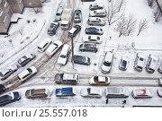 Купить «Затор из машин во дворе при снегопаде», фото № 25557018, снято 14 февраля 2017 г. (c) Victoria Demidova / Фотобанк Лори
