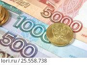 Купить «Российские монета и купюра крупным планом», эксклюзивное фото № 25558738, снято 14 февраля 2017 г. (c) Юрий Морозов / Фотобанк Лори