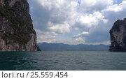 Cheow Lan lake from moving boat in Thailand (2017 год). Стоковое видео, видеограф Михаил Коханчиков / Фотобанк Лори