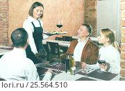 Купить «Waitress placing order in front of guests», фото № 25564510, снято 20 сентября 2018 г. (c) Яков Филимонов / Фотобанк Лори