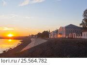 Купить «Летний закат на набережной реки Сухоны в городе Великий Устюг», фото № 25564782, снято 11 августа 2016 г. (c) Николай Мухорин / Фотобанк Лори