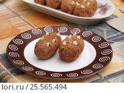 Купить «Пирожное картошка на тарелке», эксклюзивное фото № 25565494, снято 14 февраля 2017 г. (c) Dmitry29 / Фотобанк Лори