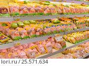 Купить «Мясной отдел супермаркета», эксклюзивное фото № 25571634, снято 16 февраля 2017 г. (c) Юрий Морозов / Фотобанк Лори