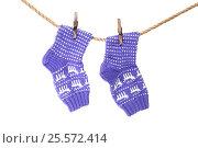 Купить «Красивые вязаные носки с орнаментом висят на веревке», фото № 25572414, снято 15 февраля 2017 г. (c) Наталья Осипова / Фотобанк Лори