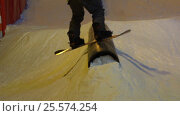 Snowboarder shows a trick in a jibbing park. Handheld shot. Стоковое видео, видеограф Павел Котельников / Фотобанк Лори