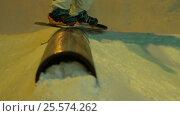Close up of jibbing in a night snow park. Handheld shot. Стоковое видео, видеограф Павел Котельников / Фотобанк Лори