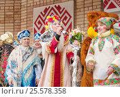 Молодые женщины в национальных костюмах поют на традиционном празднике русской масленицы в сельской местности (2013 год). Редакционное фото, фотограф Анастасия Богатова / Фотобанк Лори