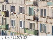 Стена дома с тарелками спутникового телевидения триколор тв (2017 год). Редакционное фото, фотограф Юлия Юриева / Фотобанк Лори