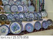 Купить «Продажа традиционной узбекской посуды в сувенирной лавке, Самарканд, Узбекистан», фото № 25579858, снято 15 октября 2016 г. (c) Юлия Бабкина / Фотобанк Лори