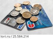 Кредитные карты и российские рубли на светлом фоне (2017 год). Редакционное фото, фотограф Игорь Низов / Фотобанк Лори