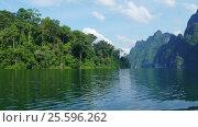View from boat on Cheow Lan lake in Thailand (2017 год). Стоковое видео, видеограф Михаил Коханчиков / Фотобанк Лори