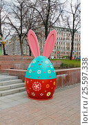 "Moscow, Russia - April 21, 2016: The Easter Bunny as an art installation at the festival ""Moscow spring"" in Moscow. Редакционное фото, фотограф Юлия Олейник / Фотобанк Лори"