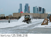 Moscow, Russia - December 12, 2016: Snowplow cleans from the road snow in Victory park in Moscow. Редакционное фото, фотограф Юлия Олейник / Фотобанк Лори