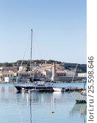 Купить «Вид на древний маяк, море, катера и яхты (остров Крит, город Ретимно)», фото № 25598646, снято 1 февраля 2017 г. (c) Татьяна Ляпи / Фотобанк Лори