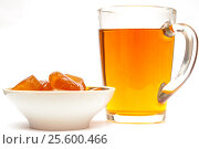 Jelly candies and cup of tea or other drink isolated on white. Стоковое фото, фотограф Евгений Пидеркин / Фотобанк Лори