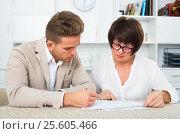 Man consults at the familiar lawyer. Стоковое фото, фотограф Яков Филимонов / Фотобанк Лори