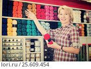 Woman picking yarn and wool. Стоковое фото, фотограф Яков Филимонов / Фотобанк Лори