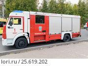Орёл, Россия - 27 сентября 2016: Автомобиль пожарной службы стоит на дороге рядом с автомобилем скорой медицинской помощи. Редакционное фото, фотограф Игорь Травкин / Фотобанк Лори