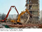 Купить «Снос дома в Москве. Excavators demolishing city house», фото № 25621326, снято 21 февраля 2017 г. (c) Георгий Дзюра / Фотобанк Лори