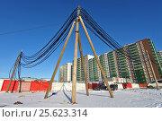Купить «Временная схема подключения строительной площадки к энергетическим мощностям. Кабели на деревянных опорах.», эксклюзивное фото № 25623314, снято 27 февраля 2017 г. (c) Александр Тарасенков / Фотобанк Лори