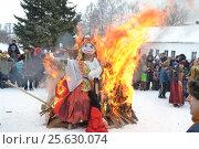 Купить «Burning effigy of maslenitsa  сжигание чучело масленицы», фото № 25630074, снято 26 февраля 2017 г. (c) Юрий Крамбалёв / Фотобанк Лори