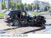 Купить «Разбитый легковой автомобиль BMW X5 на дороге после аварии», фото № 25634254, снято 7 августа 2015 г. (c) Manapova Ekaterina / Фотобанк Лори