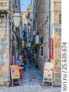 Купить «Уличное кафе в Старом городе Дубровника и его посетители. Хорватия», фото № 25639674, снято 25 августа 2016 г. (c) Устенко Владимир Александрович / Фотобанк Лори
