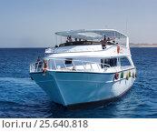 Купить «Яхта с пассажирами на морской глади», фото № 25640818, снято 6 июня 2016 г. (c) Евгений Ткачёв / Фотобанк Лори