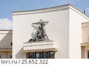 Купить «Скульптурная группа пионеров-авиамоделистов, Песчаная улица, д. 7, Москва», эксклюзивное фото № 25652322, снято 9 мая 2016 г. (c) Наталия Шевченко / Фотобанк Лори