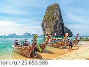 Купить «Традиционные тайские длиннохвостые лодки — лонгтейлы (longtail boat). Королевство Таиланд, провинция Краби, пляж Прананг (Phranang Cave Beach) на полуострове Рейли», фото № 25653586, снято 31 января 2017 г. (c) Владимир Сергеев / Фотобанк Лори