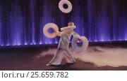 Circus performer juggling rings. Стоковое видео, видеограф Данил Руденко / Фотобанк Лори