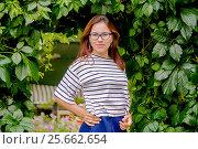 Купить «Девушка в саду», фото № 25662654, снято 16 июля 2016 г. (c) Хайрятдинов Ринат / Фотобанк Лори
