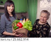Социальная помощь пенсионерам. Стоковое фото, фотограф Evgenii Mitroshin / Фотобанк Лори