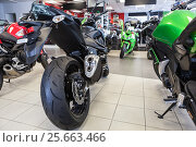 Купить «Naked motorbikes standing in show room at sale. Motorcycle store», фото № 25663466, снято 22 февраля 2017 г. (c) Кекяляйнен Андрей / Фотобанк Лори