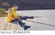 Купить «Family fishing on a pier», видеоролик № 25664014, снято 16 октября 2019 г. (c) Raev Denis / Фотобанк Лори