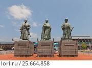 Купить «Памятник Сакамото Рёма и его сподвижникам возле вокзала города Коти, остров Сикоку, Япония», фото № 25664858, снято 19 июля 2016 г. (c) Иван Марчук / Фотобанк Лори