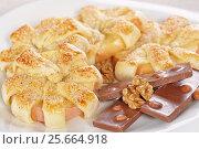 Купить «Ромашки из яблока и слоеного теста», фото № 25664918, снято 12 декабря 2015 г. (c) Галина Михалишина / Фотобанк Лори