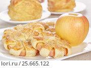 Купить «Ромашки из яблока и слоеного теста», фото № 25665122, снято 12 декабря 2015 г. (c) Галина Михалишина / Фотобанк Лори