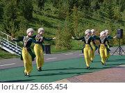 Девушки в национальных башкирских костюмах танцуют. Стоковое фото, фотограф Наталья Тагирова / Фотобанк Лори
