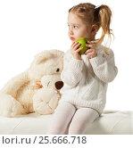 Купить «Three-year old girl with green apple», фото № 25666718, снято 30 января 2017 г. (c) Владимир Мельников / Фотобанк Лори