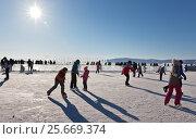 Купить «Байкал. Листвянка. Люди катаются на коньках по льду озера в солнечный зимний день», фото № 25669374, снято 19 февраля 2017 г. (c) Виктория Катьянова / Фотобанк Лори