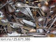 Купить «Старые и антикварные столовые приборы - ложки, вилки и ножи лежат на прилавке на блошином рынке в городе Москве, Россия», фото № 25671386, снято 19 февраля 2017 г. (c) Николай Винокуров / Фотобанк Лори