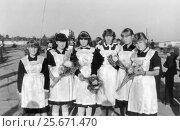 Купить «Школьницы-десятиклассницы в нарядной школьной форме с букетами цветов 1-ого сентября (1985 год), Сенно, Беларусь», фото № 25671470, снято 22 ноября 2019 г. (c) Ольга Коцюба / Фотобанк Лори